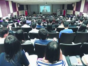 羅兵咸永道會計師事務所為招聘大學畢業生,於香港大學舉行招聘講座。