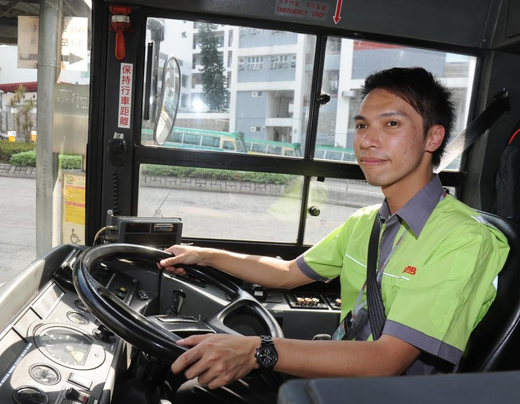 26歲尖子梁領彥兒時夢想當巴士司機,放棄高薪厚職,做九巴司機圓夢,月薪約$15,000。