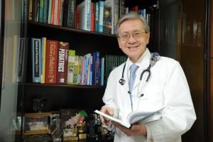 謝鴻興醫生「一腳踢」替子女準備升學,絕不假手於人。
