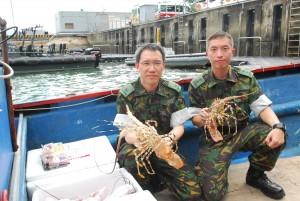 水警的職責是防止海上走私及非法入境活動。上圖水警檢獲走私活龍蝦及快艇。