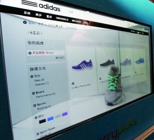 設計師利用商店櫥窗結合3D電視,向消費者展示實體商品之餘,亦能讓消費者即時用手機選購產品及下載資料。