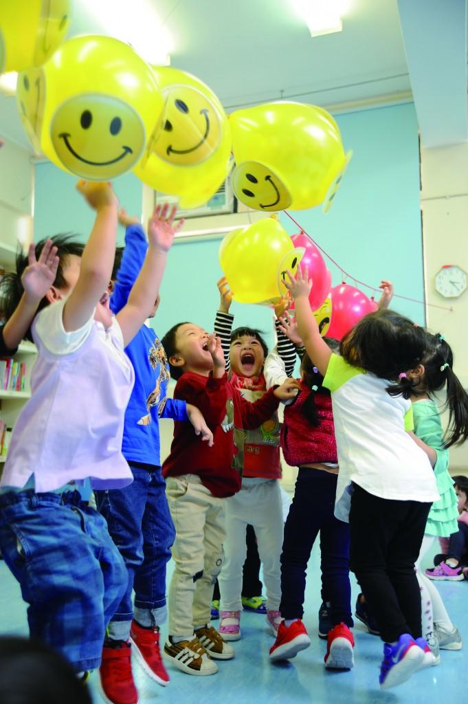 透過不同遊戲,可提升幼兒的腦部及肌肉發展,亦可建立他們的社交技巧,讓孩子們寓學習於遊戲。