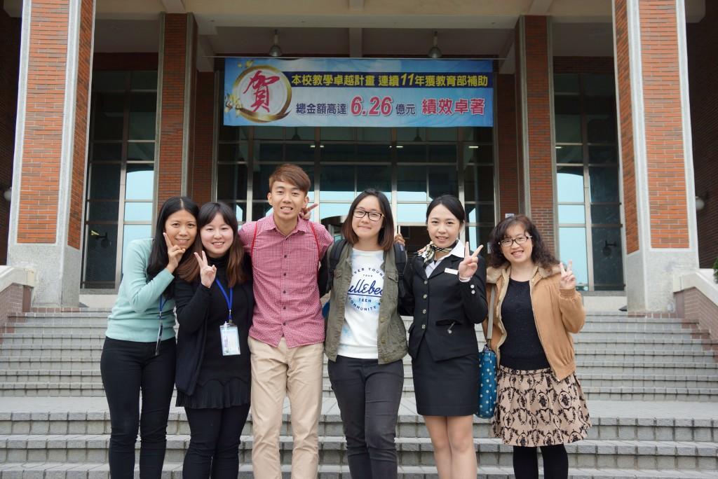 為協助本港學生融入台灣學習環境,部分大學以「接待家庭」制度,安排每名 教師擔任3名外籍學生的「父母」,定期聚會跟進學生在台生活情況。圖為3名 於朝陽科技大學就讀的本港學生(左三、左四、右二),獲身旁的教師及系主 任協助,紓緩「人生路不熟」的不安。