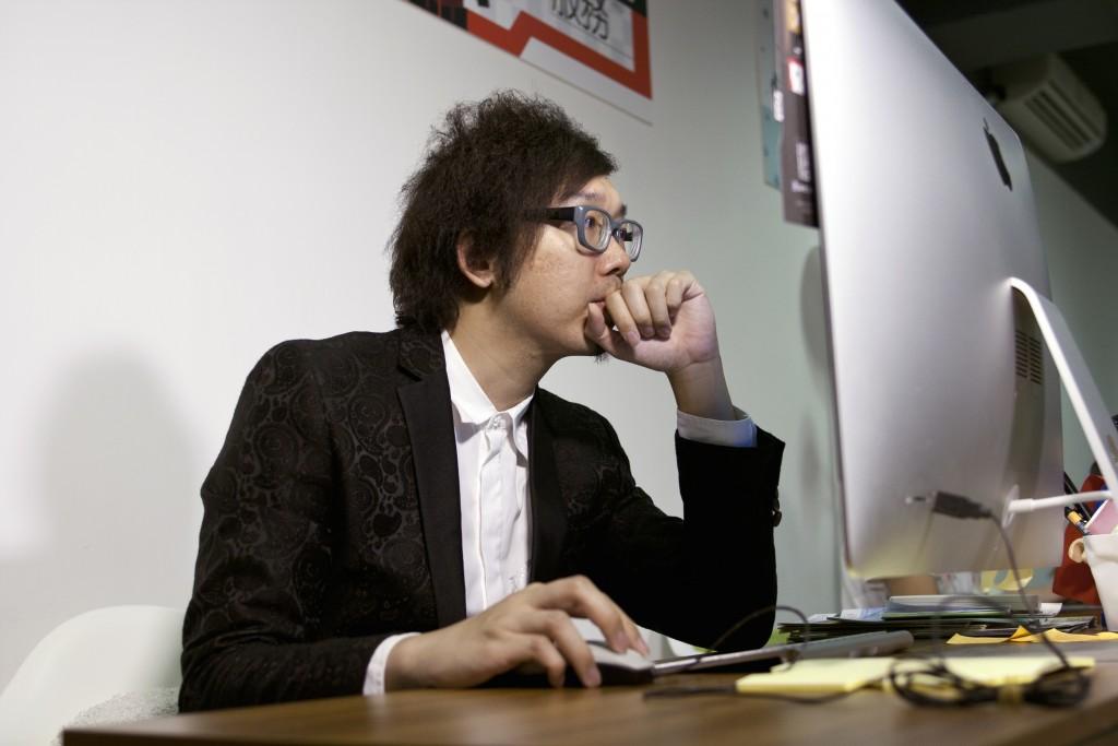 為達成平面設計師的理想,Joke不單創立平面設計及製作公司J Production,更決定購入價格高昂的電腦輔助工作。