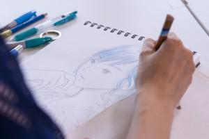 靛即席揮毫,花了十多分鐘就把活靈活現的少女繪出。