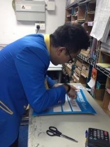 領隊需於出團前做好預備工作,例如製作集合指示牌,以便團友在集合處識別所屬 旅行團。圖為Johnny製作指示牌的情況。