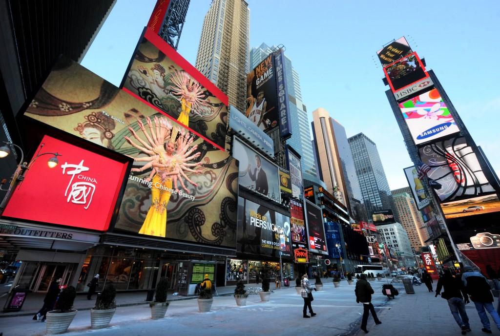 美國以多元文化見稱,圖中可見紐約時報廣場充斥着來自各國的廣告牌。