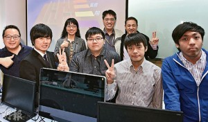 在 IVE (摩理臣山) 資訊科技系講師陳聖恩 (後排中間) 的帶領下,「遊戲軟件開發高級文憑」課程二年級學生譚皓禧 (右一)、莊恩傑 (左二) 等人喜獲參與由 IVE 資訊科技學科,與香港浸會大學附屬學校王錦輝中小學老師、心理學家的合作計劃──針對專注力不足的學生所需,為他們度身訂造遊戲教學軟件,過程中既感到箇中意義,亦有助累積實戰經驗。