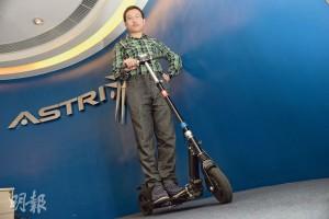 嚴丞翊示範使用其中一部改裝車,他和兩名拍檔已經改裝過4部市面有售的電動滑板車來進行研究。(攝影 鍾林枝)