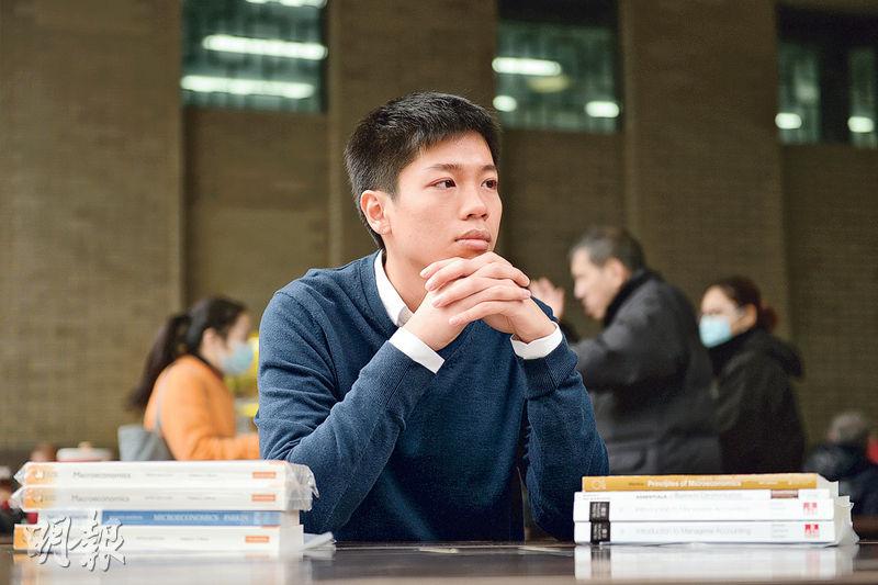 葉家昌說,他讀書時對買書感「肉赤」,故希望向大學生出售便宜的書,生意蝕錢仍能堅持,他說要「心願夠大,想為下一代做影響深遠的事」。(黃志東攝)