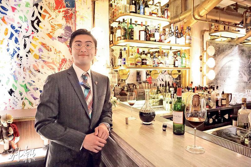 香港專業教育學院畢業、現年26歲的高級品酒師盧浩邦為首名在「亞洲太平洋侍酒師比賽」奪獎的香港代表,下月將出戰國際賽,他說不會給自己壓力,怕愈緊張愈不能發揮水準。(楊羨庭攝)