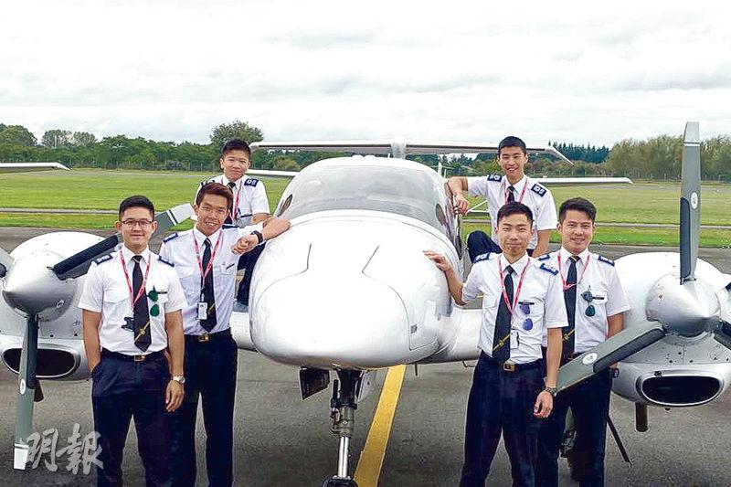港龍6名機師學員正在新西蘭受訓,包括由「空少」轉行的葉兆龍(前排左起)、「一take合格」的周永俊、擁碩士學歷的黃仲熙、曾從事紅酒貿易的何健邦、五度投考才成功的黃家傑(後排左起)及從沒飛行經驗的蔣家熙。(陳顥之攝)