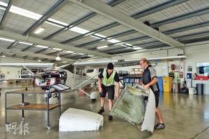 飛行學校的維修部除了是維修人員保養小型飛機的地方,亦是學員認識飛機結構的「課室」,學員甚至要拆開儀表板學習當中結構。圖為工程人員整理飛機零件。(陳顥之攝)