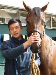 31歲的伍鵬志(Pierre)不理父親反對,憑着一股幹勁加入馬會工作,8年間升4級至助理練馬師。
