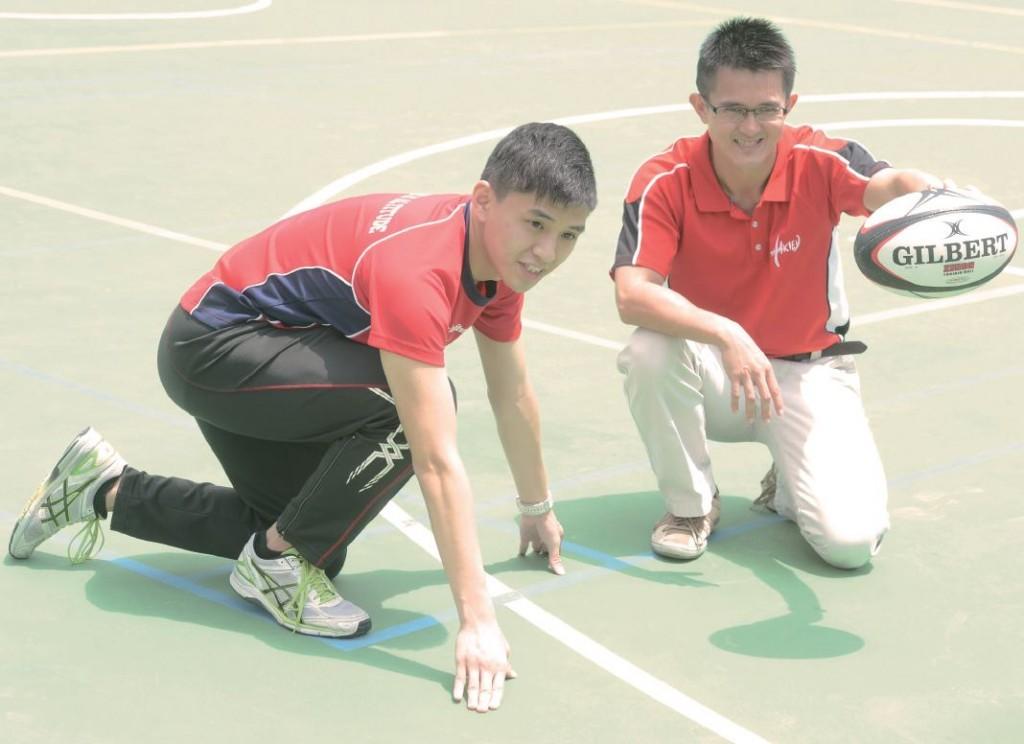 錢晉業(左)於修讀副學士時,在論文導師周志清(右)指導下,完成有關不同時間對中學生心肺耐力影響的論文。