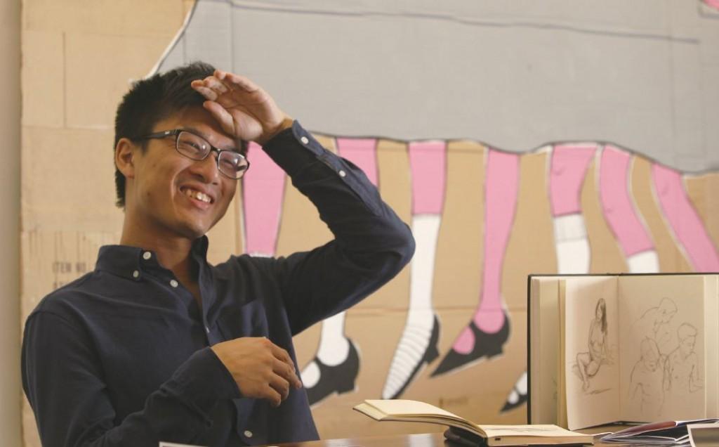 大學法律系畢業的李秉彧,毅然決定再花4年時間讀插畫課程,說服父母,戰勝壓力,終在多個設計比賽中獲獎,畢業後成為迪士尼的「夢想工程師」。圖右畫簿內為他的部分畫作草圖。