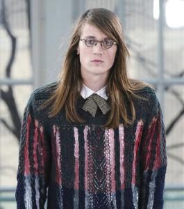 Octo設計的10款服裝,於2013年登上倫敦時裝周天橋。圖為她利用化學物腐蝕手造針織冷衫,造成網狀效果。