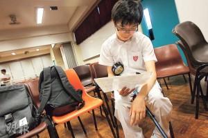 皇仁書院學生丘鈞銘雖患先天脊柱裂病,致行動不便,但仍能在文憑試中奪6優。昨天他拒絕受訪,惟不忘多謝家人、老師、朋友及同學。(李紹昌攝)