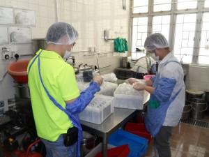 患有自閉症的詠堅,現時在豆品和餐飲部門工作,協助處理豆漿及製作小食。
