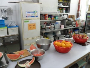 除了豆漿房的工作,詠堅亦會到廚房幫忙製作小食。