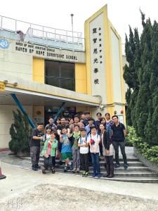 小演員到靈實恩光學校做義工,協助照顧嚴重智障的學童,過程中增加他們對殘障人士的同理心。