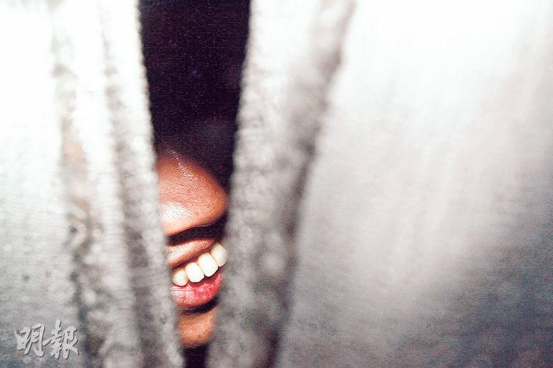 當年《明報》攝記林振東,憑陳振聰 「未見其人,先見其牙」 相片,於香港攝影記者協會舉辦 《前線.焦點2010》周年新聞攝影比賽中贏得人物組冠軍。(資料圖片)