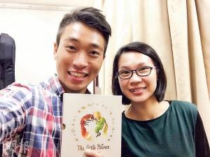 效法恩師——現時王梓豪(左)教琴,亦效法恩師陳肇珩(右),對於有經濟困難但很有心的學生,他一樣歡迎。(圖﹕受訪者提供)