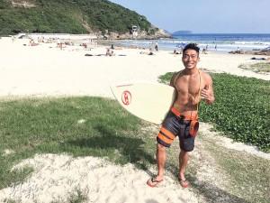 滑浪減壓——愛笑的王梓豪,除了音樂,亦熱愛各種不同的運動,例如滑浪。(圖﹕受訪者提供)