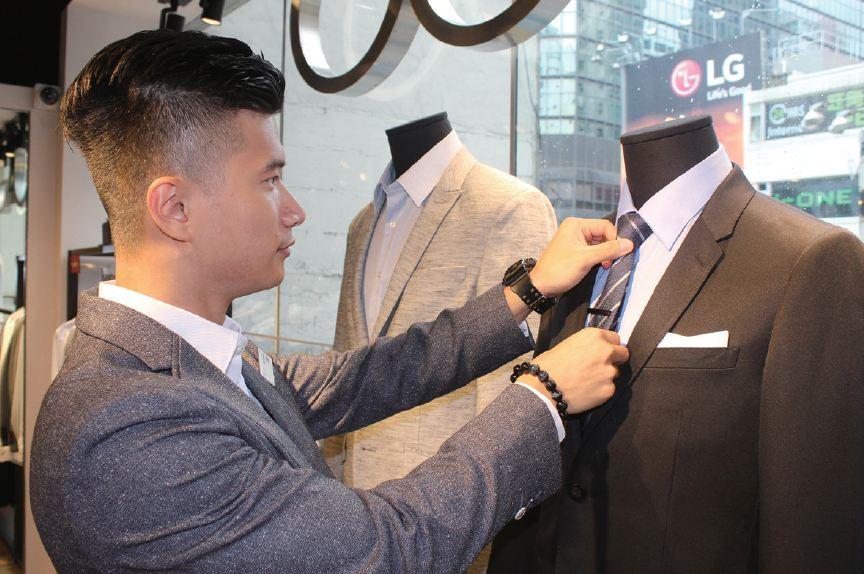 銷售員須熟悉公司產品,不時打理店內的陳列品,務求將產品 最好的一面展現予顧客。