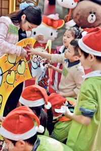 Vinci早前應MCP新都城中心邀請擔當小導師,與兒童心臟基金會的病患兒童齊心合力以手掌作畫。(圖﹕馮凱鍵)