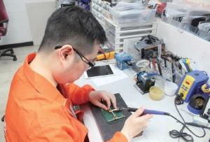 手機維修員在旺季時要在短時間內完成維修工作,因此必須要熟悉使用不同的工具,以便加快工序。