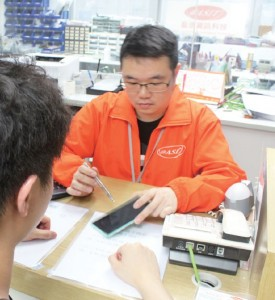 除了於工場內進行維修工作,阿文亦要與客人溝通,了解手機故障的情況。