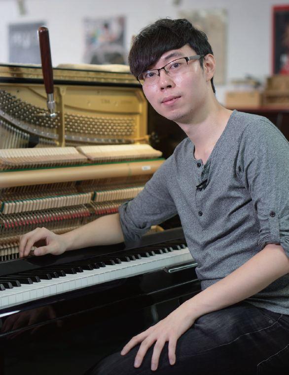 正因為對鋼琴的喜愛,周朗峰學習修理鋼琴,成為一名鋼琴調音師。