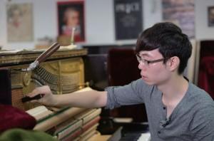鋼琴調音師要細心地檢查鋼琴結構,按情況進行修理。