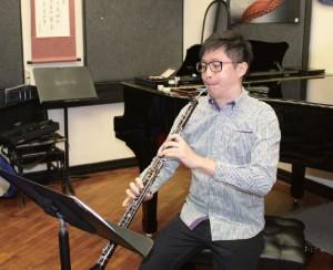每次演奏新樂曲前,阿峰都會先鑽研樂譜,思考該如何表達當中的情感。