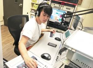電台DJ在直播「開咪」時要兼顧不同工作,邊主持節目 邊控制器材。