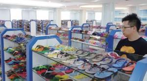 買辦員的工作要跟世界各地的企業合作,圖為Hay於內地尋找鞋款樣辦的情況。
