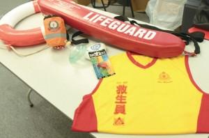 圖為救生員常用的裝備,包括制服、救生圈及合稱 「救生三寶」的哨子、浮標及袋裝復甦面罩。