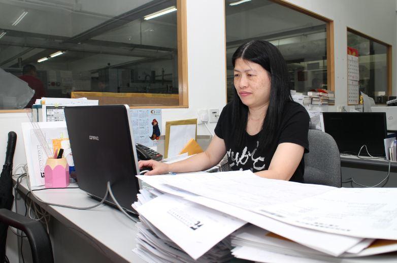Kammy 任職印刷跟單文員十多年,擔任客戶及印刷廠之間的橋樑角色。