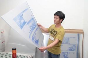 鋅板製作是傳統柯式印刷中重要的工序,因此阿杰工作時必須謹慎處理,確保鋅板的內容及編排無誤。