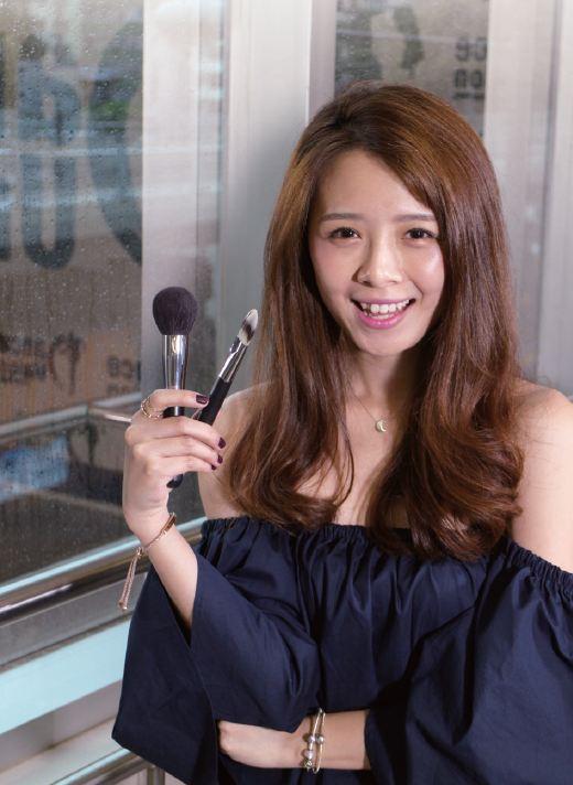 新娘化妝師要運用不同的工具及技巧為客人打扮,MC指,當中要透過不停的練習才能增進手藝。