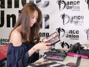 MC認為化妝工作比美容、美甲精彩,因此投身此行。