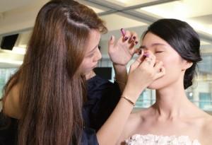 新娘的妝容要與服飾互相配合,因此MC因應不同類型的服裝化不同的妝容。