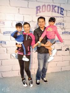 嘉嘉除拍劇外,亦協助丈夫林祖輝打理童裝生意,盡顯女強人角色。