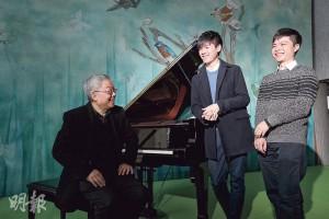 演藝學院音樂學士二年級生黃思遠(中)和劉承皓(右)分別獲得第18屆亞洲蕭邦國際鋼琴大賽專業組和公開組金獎,左為二人的老師、演藝學院鍵盤樂系主任郭嘉特。(曾憲宗攝)