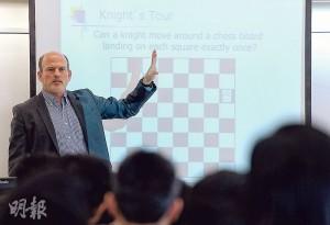 史丹福大學暑期學院行政總監Rick Sommer(圖)早前來港到聖道迦南書院上課,其中一條要求學生解答的問題,是國際象棋中騎士如何每格只踏一次而走遍棋盤每格;他又與該校數學教師交流。(蘇智鑫攝)