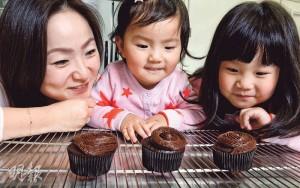 昔日的「窩輪皇后」郭小菱,去年為了兩名女兒Maya(右)和Ava(中),毅然轉行賣cupcake,雖然金錢賺少了,但換來的滿足感卻很大。