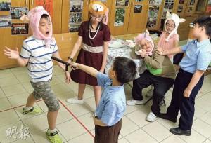 約30名基層小學生在今日會在西灣河文娛中心合演反映貧窮問題的話劇,當中約三成小演員均是SEN學童,包括扮演貓頭鷹太太的子慧(後左二)。(劉焌陶攝)