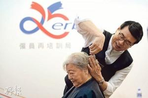 僱員再培訓局主席梁永祥表示,自己在上月報讀剪髮特別班,上了4堂共6小時課程,又即席向傳媒示範替長者剪髮。他笑言完成課程後,不時在家練習手勢,但妻子不敢讓他操刀。(鍾林枝攝)