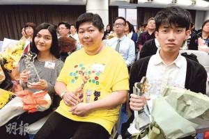 從事安老服務行業13年的照顧員林慕萍(中),獲香港安老服務協會及香港職業發展服務處頒發「傑出員工獎」,近年她見年輕人甚少入行,便介紹兒子作兼職送飯員,更吸引其朋友一起幫忙;她樂見今年有年輕安老服務前線及專業從業員一同獲獎,旁為今屆最年輕得獎人、21歲保健員游嘉舜(左)和23歲保健員羅天朗(右)。(劉焌陶攝)